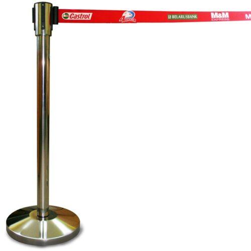 Стойки ограждения с вытяжной лентой и логотипом заказчика